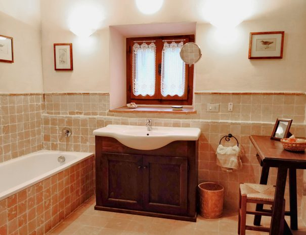 24-Casa-dei-Nonni---main-bathroom-with-bath-and-shower